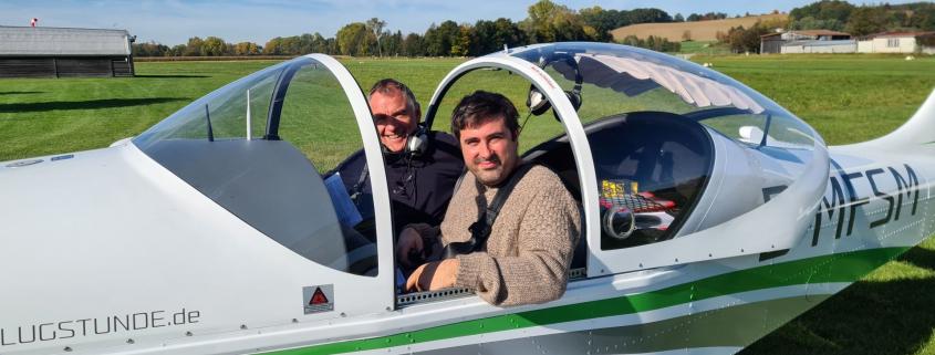 Michael mit Prüfer in der Breezer nach bestandener Prüfung zur Sportpilotenlizenz