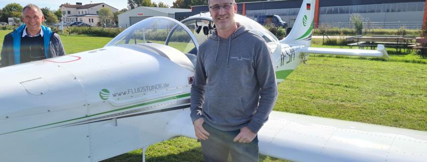 Michael neben unserer Breezer nach erfolgreicher Prüfung zur Sportpilotenlizenz